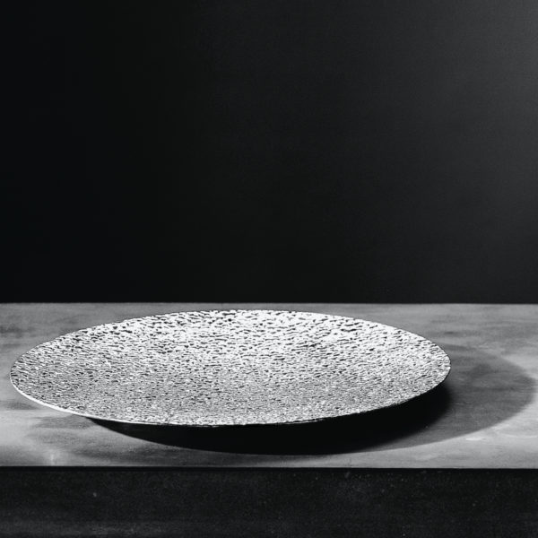 Metallia - Plutone Piatto Ornamentale - Vassoio Tondo - Sotto Piatto - Centro Tavola - Porta Frutta in peltro Design Marco Susani e Mario Trimarchi