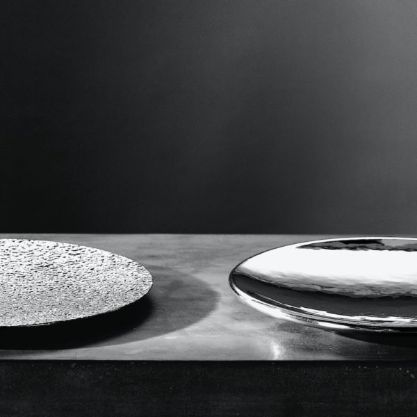 Metallia - Saturno e Plutone Piatto Ornamentale - Vassoio Tondo - Sotto Piatto - Centro Tavola - Porta Frutta in peltro Design Marco Susani e Mario Trimarchi