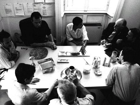 Roberto Zani al lavoro con Ettore Sottsass, Liliana Bonomi, Tamar Ben David, Marco Susani, Mario Trimarchi, Giovanni Levanti